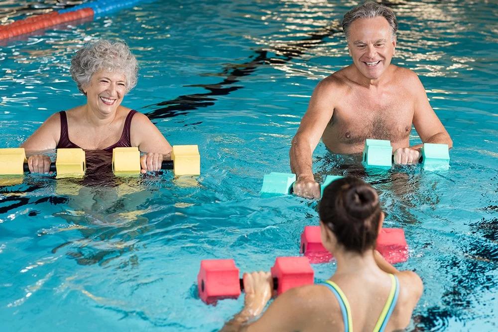 Bơi lội giúp tinh thần vui vẻ hơn ở người cao tuổi