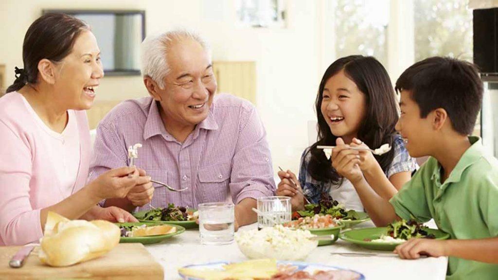 Tâm lý vui vẻ là yếu tố ảnh hưởng dinh dưỡng người cao tuổi tốt hơn