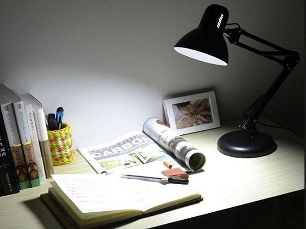 Chọn đèn có ánh sáng trắng khi học online
