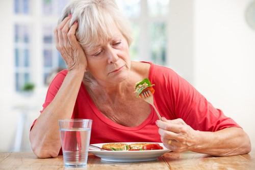 Người cao tuổi thường cảm thấy chán ăn